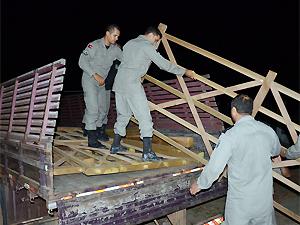 Policiais ambientais ajudam a recolher madeira extraída ilegalmente (Foto: Walter Paparazzo/G1)