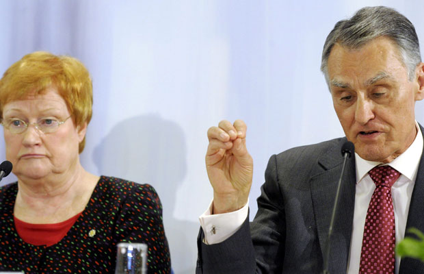 A presidente da Finlândia, Tarja Halonen, e o presidente português Anibal Cavaco Silva em coletiva de imprensa em Helsinque (Foto: Reuters)