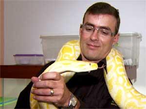 Cobra levada para o Projeto Serpentes do Brasil para tratamento em Mogi Guaçu (Foto: Reprodução EPTV)
