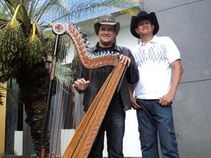 Dupla sertaneja toca ao som de harpa paraguaia (Foto: Valquíria Sousa)