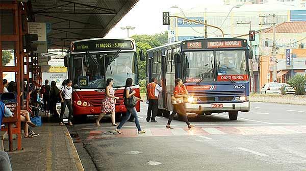 Passageiros no terminal de ônibus de Americana (Foto: Reprodução EPTV)
