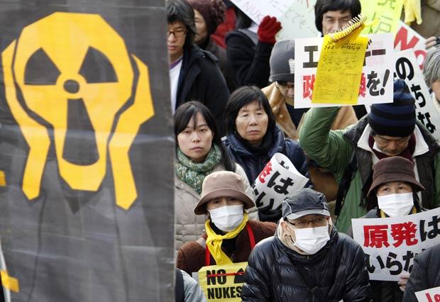 Manifestantes protestam neste sábado (11) em Tóquio contra a energia nuclear (Foto: AP)