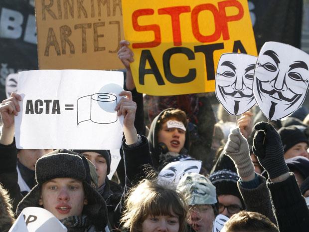 Ativistas protestam contra o Acta em frente ao palácio do governo em Vilnius , na Lituânia, neste sábado (11)  (Foto: AP)