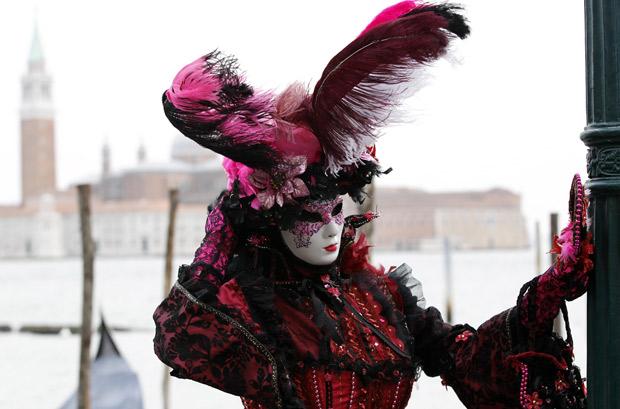 Folião mascarado na Praça São Marcos, em Veneza (Foto: Stefano Rellandini / Reuters)