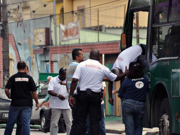 Peritos realizaram neste sábado (11) a reconstituição da morte do motorista de ônibus que teve um mal súbito, bateu em carros e motos e foi espancado na Zona Leste de São Paulo. O caso aconteceu em novembro do ano passado em Sapopemba. Alguns carros amassados pertenciam às pessoas que participavam do baile funk. Segundo a polícia, os frequentadores da festa acharam que se tratava de mais um caso de embriaguez ao volante e partiram para a agressão. O motorista de 59 anos morreu a caminho do hospital (Foto: Cristiano Novais/CPN/AE)