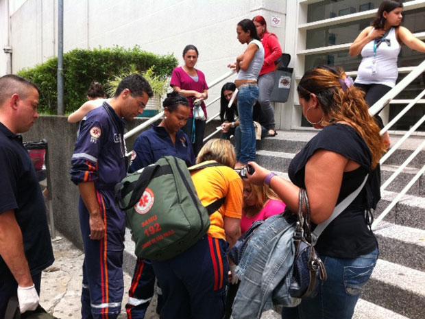 Samu atende funcionária de empresa (Foto: Luciana Bonadio/G1)