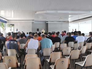 Assembleia de oficiais da PM e dos Bombeiros do DF neste sábado (11), que aprovou apoio a movimento de soldados (Foto: Elza Fiúza/Abr)