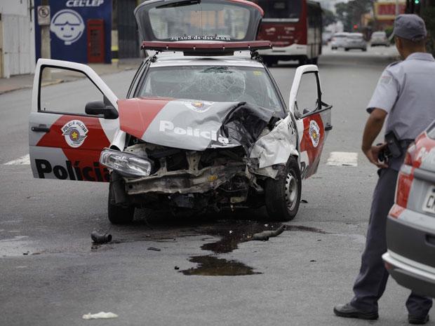 Um carro da Polícia Militar se envolveu em um acidente de trânsito na manhã deste domingo (12) na Avenida Adolfo Pinheiro, no cruzamento com a Rua Irineu Marinho, na Zona Sul de São Paulo. Dois policiais foram socorridos pelo Serviço de Atendimento Móvel de Urgência (Samu) e levados para um pronto-socorro na Vila Mariana. A assessoria de imprensa da PM não soube informar se os policiais atendiam a uma ocorrência no momento do acidente (Foto: Nelson Antoine/Fotoarena/AE)