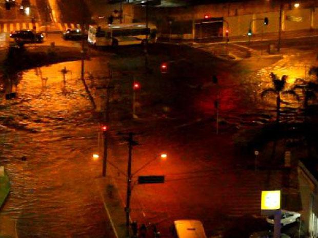 Avenida Visconde do Rio Claro ficou alagada após tempestade (Foto: Imagem Cedida/ Poliana Ribeiro)