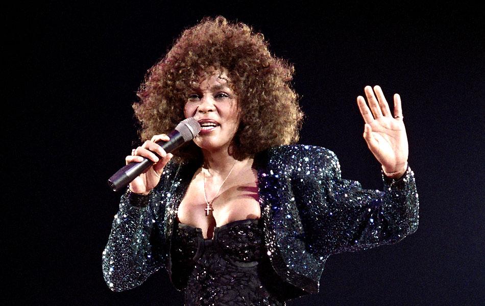 Whitney Houston canta em apresentação em Paris, em 18 de maio de 1988