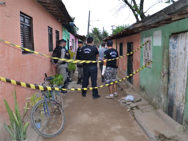 Polícia esteve no local para periciar o casa onde aconteceu o crime (Foto: Walter Paparazzo/G1)