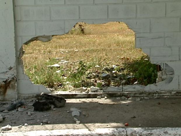 Com o impacto da batida, muro ficou destruído. (Foto: Reprodução/TV Gazeta)