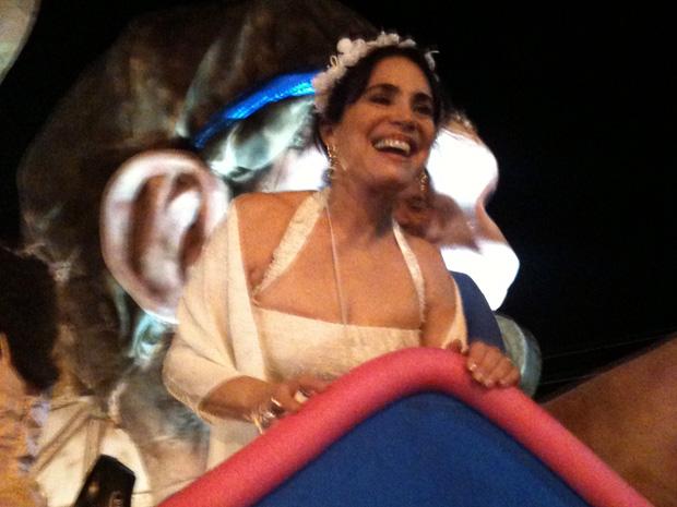 Do carro de destaque, Regina Duarte falou com o público e tirou fotos (Foto: Amanda Monteiro/G1 ES)