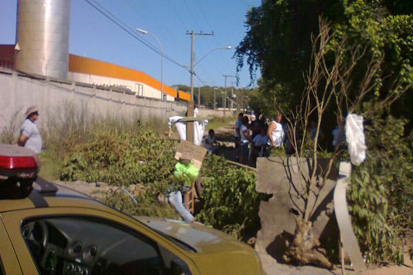 Moradores bloquearam acesso à rua Tocantins em protesto contra condições da rodovia em Sapucaia do Sul (Foto: Arquivo pessoal/Angélica Bilhalva)