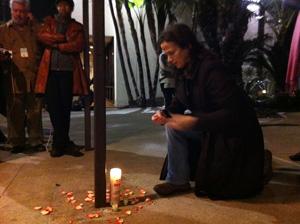 Fã acende vela em homenagem à cantora em frente ao hotel Beverly Hilton neste sábado (11) (Foto: Mariana De Lucca/G1)
