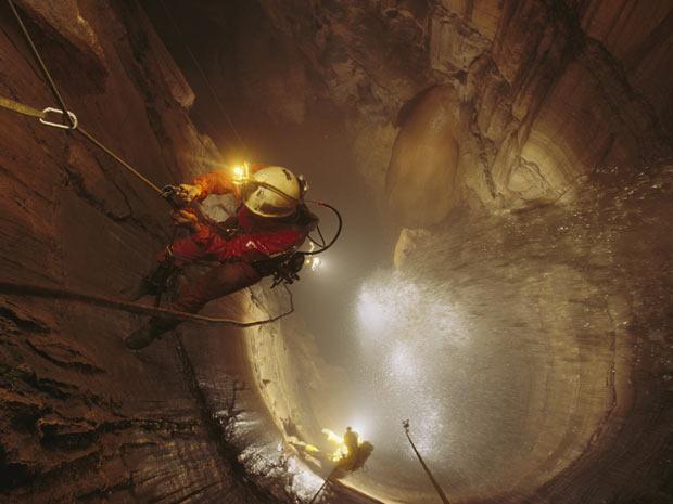 1. A cerca de 85 metros do chão, o explorador Kent Ballew se aproxima do topo da cachoeira de Mystery Falls, no Estado americano do Tennessee. (Foto: STEPHEN ALVAREZ / NATIONAL GEOGRAPHIC STOCK / CATERS NEWS)