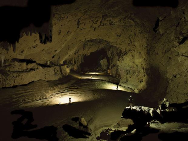 Dentro da caverna de Kabal, que faz parte do sistema Chiquibil, em Belize, os exploradores parecem bonecos em miniatura. (Foto: STEPHEN ALVAREZ / NATIONAL GEOGRAPHIC STOCK / CATERS NEWS)