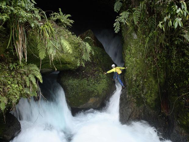 A caverna fica atrás da cachoeira de Ora, que os exploradores também precisam vencer para chegar ao seu destino. (Foto: STEPHEN ALVAREZ / NATIONAL GEOGRAPHIC STOCK / CATERS NEWS)