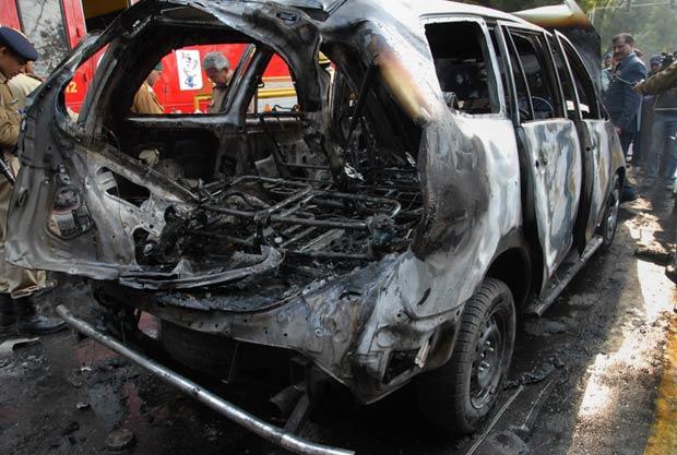 Carro atingido por bomba próximo à embaixada de Israel na Índia, em Nova Délhi, nesta segunda-feira (13) (Foto: AP)