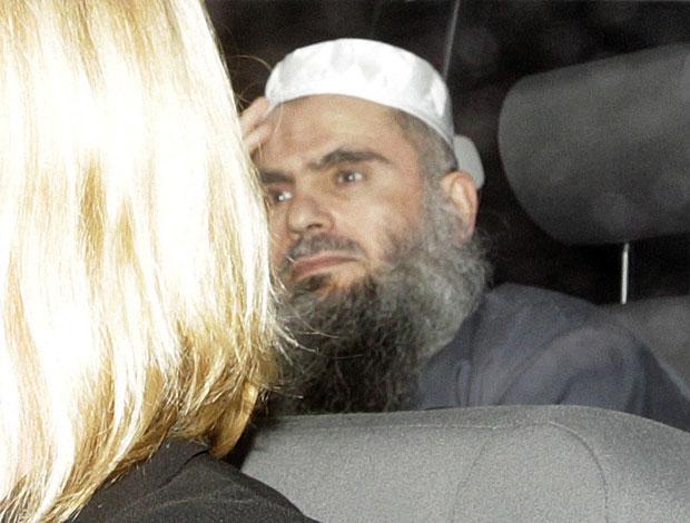 Abu Qatada deixa a prisão de Long Lartin, em South Littleton (Foto: Reuters)