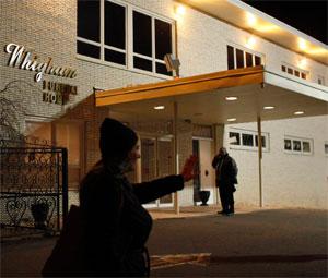 Memorial feito por fãs da cantora Whitney Houston no hotel Beverly Hilton, onde ela foi encontrada morta no sábado (11), tem flores, um urso de pelúcia e fotografias (Foto: Reuters)