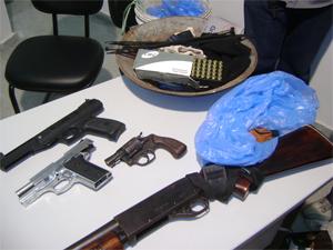 Armas foram apreendidas com suspeitos em Queimadas  (Foto: Karoline Zilah/G1)