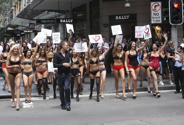 Mulheres marcharam em Sydney, na Austrália, pedindo lingerie de presente no Dia dos Namorados. (Foto: Rob Griffith/AP)