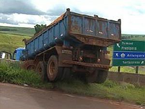 Caminhão bate e fica pendurado em mureta da SP-291, em Ribeirão Preto (Foto: Reprodução/EPTV)