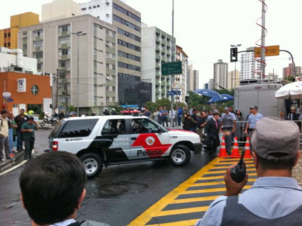 Lindemberg chega a Fórum acompanhado de carros da polícia (Foto: Kleber Tomaz/G1)