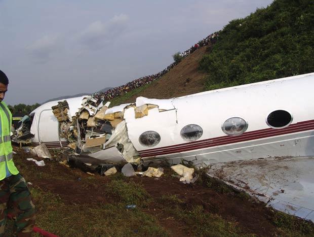 Destroços do avião acidentado neste domingo (12) na República Democrática do Congo (Foto: AP)