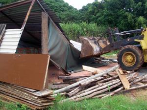 Trator derruba construção em área irregular no Park Way (Foto: Seops / Divulgação)