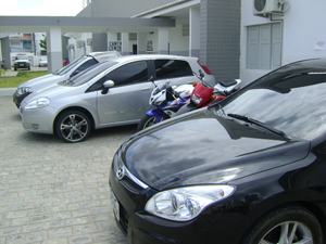 Carros e motos também foram apreendidos (Foto: Karoline Zilah/G1)