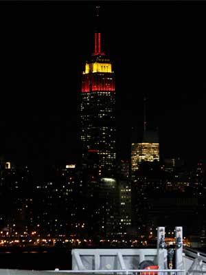 Iluminado de vermelho, o Empire State Building (Foto: Reuters)