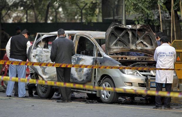 Carro atingido por bomba próximo à embaixada de Israel na Índia, em Nova Délhi, nesta segunda-feira (13)  (Foto: Mustafa Quraishi/AP)