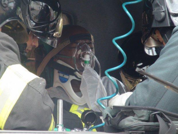 Motorista é retirado das ferragens de caminhão em Piracicaba (Foto: Eduardo Guidini/G1 Piracicaba)