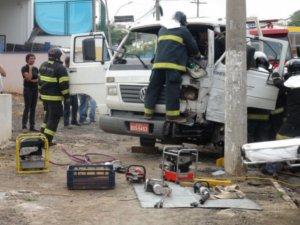 Caminhão bate em poste avenida movimentada de Piracicaba (Foto: Eduardo Guidini/G1 Piracicaba)