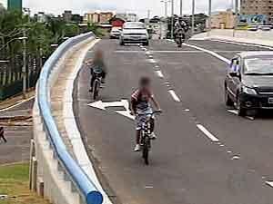 Menores não respeitaram sinalização e se arriscaram (Foto: Reprodução/ Tv Integração)