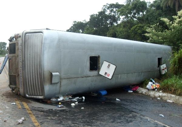 Ônibus tombou na BR-020, próximo ao município de Formosa (GO)  (Foto: PRF/Divulgação )