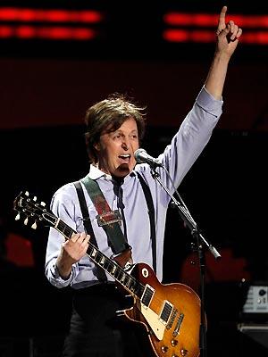 O cantor Paul McCartney durante apresentação no Grammy, no último domingo (12) (Foto: AP)