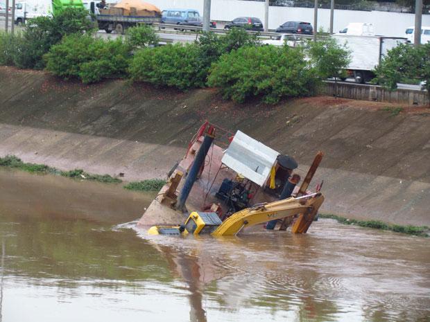 Uma plataforma do Departamento de Águas e Energia Elétrica (Daee) afundou no Rio Tietê, na Zona Norte de São Paulo, na madrugada desta segunda-feira (13). Segundo o departamento, no momento do incidente não havia ninguém na plataforma e, por isso, não houve feridos. No início desta tarde, técnicos da empresa proprietária do equipamento estavam no local, na altura da Ponte da Casa Verde, para recuperar a plataforma. De acordo com o Daee, apesar da presença de uma retroescavadeira sobre a plataforma, não houve prejuízos materiais (Foto: Rafael Brito/Futura Press/AE)