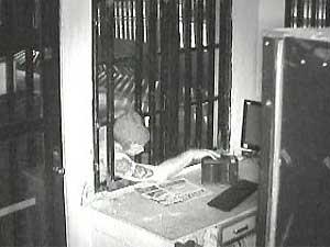 Assaltante é flagrado por câmeras de segurança ao invadir estacionamento em Campinas (Foto: Reprodução EPTV)