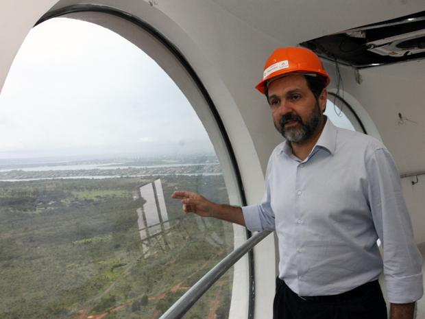 O governador do DF em visita às obras da Torre Digital nesta segunda (13) (Foto: Roberto Barroso / Agência Brasília)