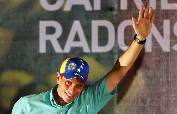 Henrique Capriles acena para apoiadores após saber da vitória nas primárias deste domingo (Foto: Carlos Garcia Rawlins/Reuters)