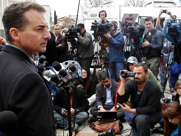 Mark Rosen, do departamento de polícia de Beverly Hills, concede entrevista coletiva sobre a morte da cantora Whitney Houston (Foto: AP)