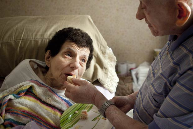 Fotos mostram amor entre idosos lutando contra o Alzheimer (Foto: Alejandro Kirchuk)