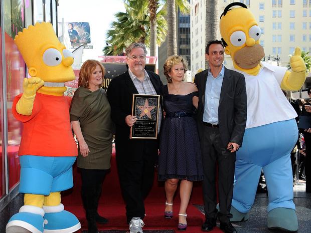 O criador dos Simpsons, Matt Groening, é homenageado com uma estrela na Calçada da Fama em Hollywood. Da esquerda para a direita na foto: o personagem Bart Simpson; Nancy Cartwright, que dubla o garoto; Matt Groening; a dubladora da garota Lisa Simpson, Yeardley Smith; Hank Azaria, que faz diversas vozes; e o personagem Homer Simpson  (Foto: Reuters)