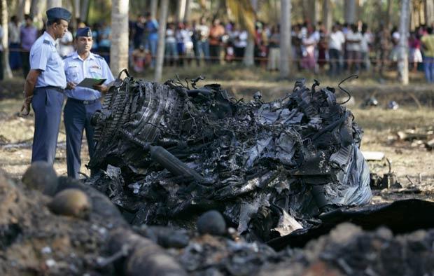O avião de combate bateu em um coqueiral durante um treinamento. O piloto conseguiu se ejetar antes do impacto, segundo a força aérea (Foto: Reuters)