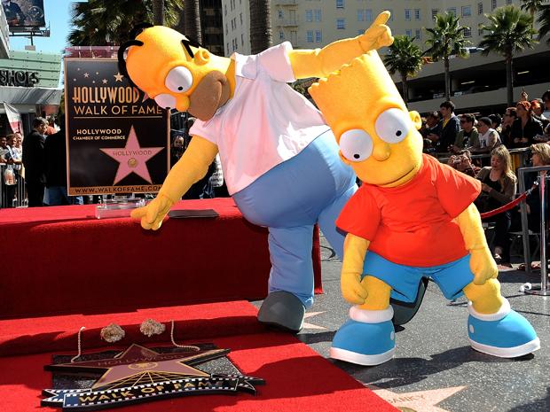 Personagens dos Simpsons Bart e Homer brincam perto da Estrela na Calçada da Fama concedida ao criador da série, Matt Groening (Foto: Reuters)