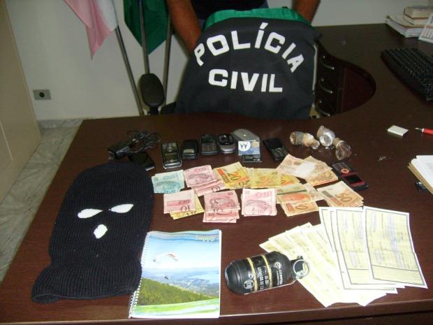 Foram apreendidos três cachimbos, frascos de bicarbonato de sódio, amido de milho, uma touca ninja, além de uma granada. (Foto: Divulgação/Polícia Civil)