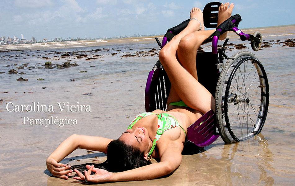 A modelo Carolina Vieira, paraplégica, é retratada na praia